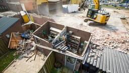 Sloopwerkzaamheden in Helmond hebben dinsdag korte metten gemaakt met twee tuinhuisjes aan de Matthijs Vermeulenstraat in Helmond.