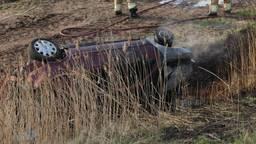 Vrouw schiet van talud: fietser zwaargewond, auto brandend in sloot