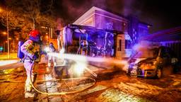 Camper en auto in vlammen op