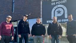 Bezorgde jongeren voor het bedreigde jongerencentrum De Poort (foto: Jan Peels)