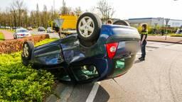 Auto belandt op de kop op industrieterrein in Nuenen
