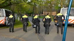 Politie en ME in Valkenbergpark (beelden: SQ Vision).