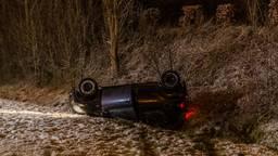 Auto belandt op zijn kop in de greppel op spekgladde A58.