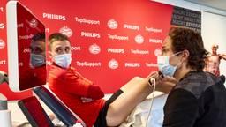 PSV-clubarts Wart van Zoest demonstreert de 3D echo bij PSV'er Ryan Thomas