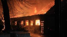 Aan de Riet in Deurne is zondagnacht een boerderij deels door brand verwoest.
