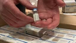 Op deze kleine pallet staan 80.000 Janssen-vaccins