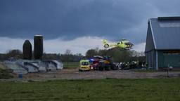 Beknelling op boerderij in Zeeland, gewonde naar ziekenhuis