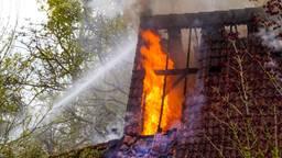 Vlammen slaan uit het dak bij schuurbrand in Eindhoven