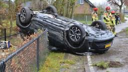 Auto op zijn kop in tuin bij ongeluk in Chaam