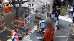 De winkelmedewerker staat opeens oog in oog met een man met een groot mes
