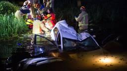 Auto te water in Helenaveen, bestuurder zwaargewond naar ziekenhuis