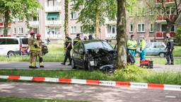Auto botst tegen boom in Tilburg: vrouw gewond