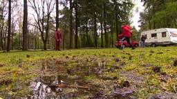 Op de camping in de regen: 'De kachel aan en spelletjes spelen'