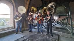 Geen trompet maar sousafoons bij het taptoe-signaal in Tilburgse kerktoren