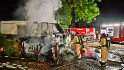 Brand verwoest schuur pal naast caravan op camping in Luyksgestel