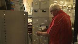 Jan de Haan woont én leeft tussen zijn verzameling van 500.000 bidprentjes