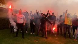 NAC-aanhang verrast spelersgroep met gezang en vuurwerk op trainingskamp.