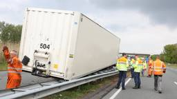 Vrachtwagen verliest trailer op de N279 bij Heeswijk-Dinther