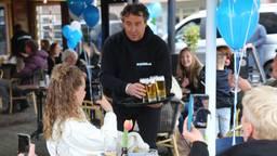 Marco Borsato en Rolf Sanchez serveren bier en shotjes in Boxtel