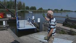 Pontje Steur ligt weer in het water, nu nog heen en weer