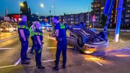 Auto slaat over de kop na aanrijding van achter, dader ervandoor