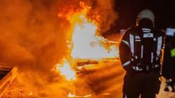 auto vliegt in brand tijdens het rijden