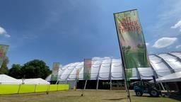 Alvast binnenkijken in het gigantisch tijdelijk Zomertheater aan de voet van Provinciehuis