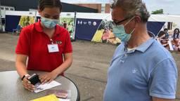 Drukte op vaccinatielocaties voor stempel in gele boekje