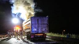 De lading van een vrachtwagen is zondagnacht op de A67 bij Asten in brand gevlogen.