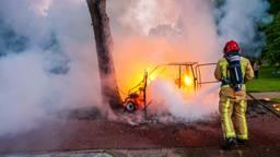Een 45 kilometer auto is zondagavond tijdens het rijden in brand gevlogen.