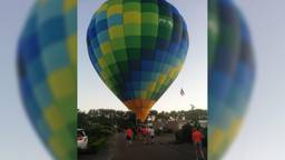De luchtballon  moest in een woonwijk landen (beelden Peter Meesters).