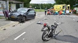 Bromfietser zwaargewond bij frontale aanrijding met auto