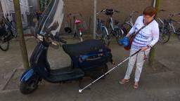 Blinden klaar met wildgeparkeerde fietsen en scooters: