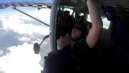 Nelly (92) maakt parachutesprong om geld voor hulphonden in te zamelen