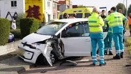 Bestuurster lichtgewond na ongeluk met vrachtwagen