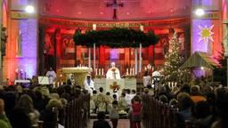 Een pastoor preekt op kerstavond tijdens de speciale nachtmis (foto:  ANP 2013/Bas Czerwinski