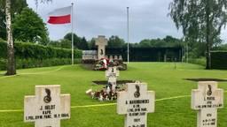 Het Pools Militair Ereveld met het Maczek Memorial op de achtergrond (foto: Raoul Cartens).
