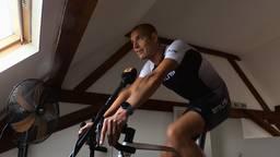 Maarten gaat thuis zwemmen, fietsen en hardlopen