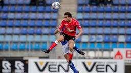 Boyd Reith (Helmond Sport) werkt de bal weg (foto: Orange Pictures).