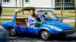 De koning reed samen met Amalia in een DAF die in de jaren '50 speciaal voor zijn oma en opa was gemaakt.