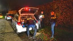 De verdachte wordt in een politiewagen gezet (foto: Rico Vogels/SQ Vision Mediaprodukties).