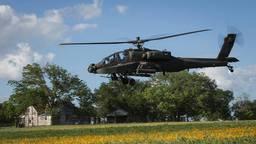 Een Apache-gevechtshelikopter bezig met een training ( foto Defensie)