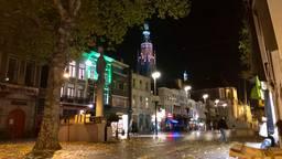Over de Grote Markt in Breda klonken maandagavond vijf klokken om Kristallnacht te herdenken. (foto: Raoul Cartens)