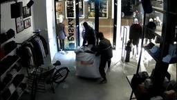 De inbrekers nemen een grote zak vol dure kleding mee (beeld: de Paskaemer).