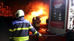 De brandweer blust weer een autobrand in Veen