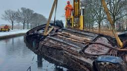 Auto wordt uit Zuid-Willemsvaart gehaald (foto: Dutch Marine Service).