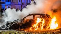 Door een vuurwerkbom brandde de auto in Tilburg af. Foto: Jack Brekelmans/SQ Vision.