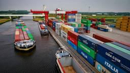 Normaal zijn er veel containers te vinden bij de containeroverslag (foto: Hollandse Hoogte).