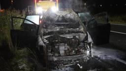 De auto werd door de brand verwoest (foto: Sander van Gils/SQ Vision).