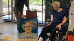 Christien Does ontvangt haar portret